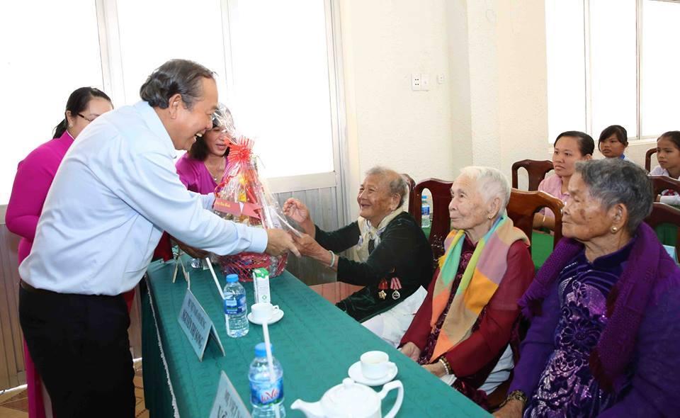 Phó Thủ tướng Trương Hòa Bình thăm hỏi các Mẹ Việt Nam anh hùng