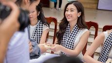 Hoa hậu Đỗ Mỹ Linh tặng sách sinh viên Đà Nẵng