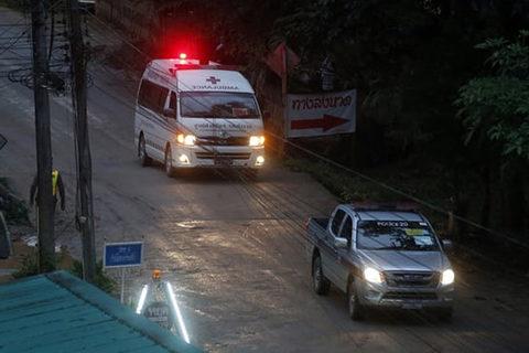 Xe cứu thương giải cứu đội bóng Thái