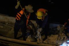 Nửa đêm chèo thuyền vớt cá chết nổi la liệt mặt hồ Tây