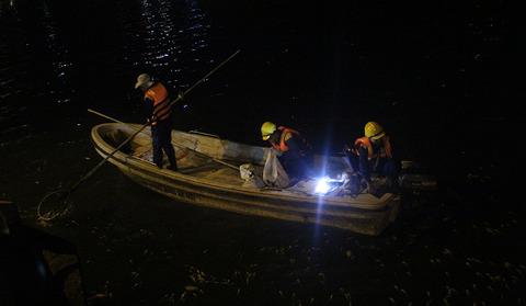 Cá chết được chất vào trong hàng trăm bao tải.