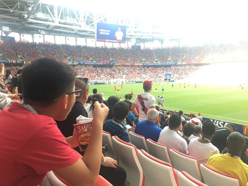 Mì gói: Ấm bụng, ngon miệng CĐV Việt sang Nga xem World Cup