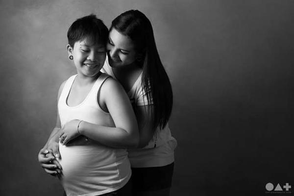 Cô gái đồng tính 16 tuổi sinh con cho bạn gái 27 tuổi, bố em bé thực sự gây sốc