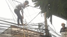 Rải thùng xốp 'hứng' thanh niên đung đưa trên cột điện