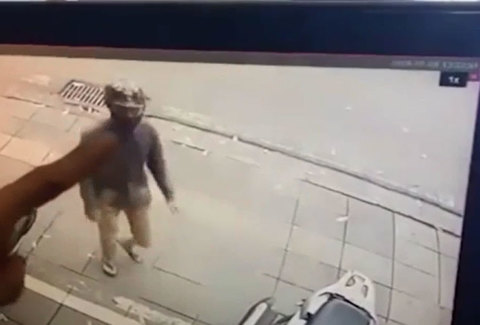 Người đàn ông bẻ khóa, lấy cắp xe chỉ trong vài giây