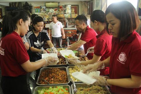 Tiệm cơm 2000 đồng giữa Hà Nội
