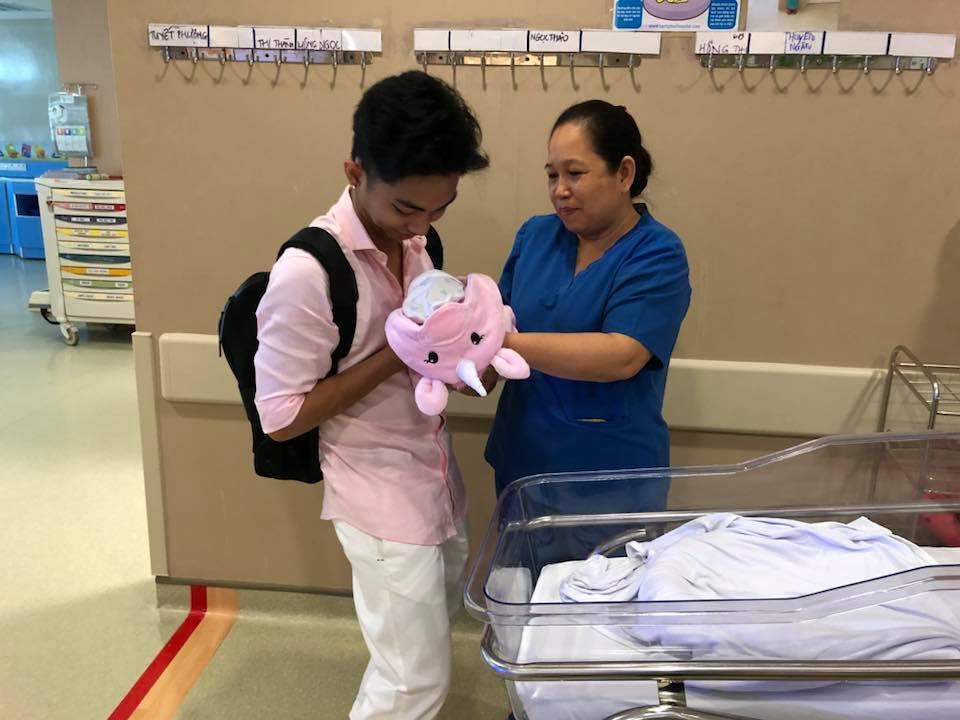 Khánh Thi – Phan Hiển đón con gái về nhà sau 3 tuần chăm sóc đặc biệt