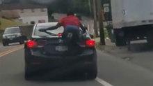 Người nhện liều mạng bám nắp capo 'đi nhờ xe' suốt quãng đường 32km
