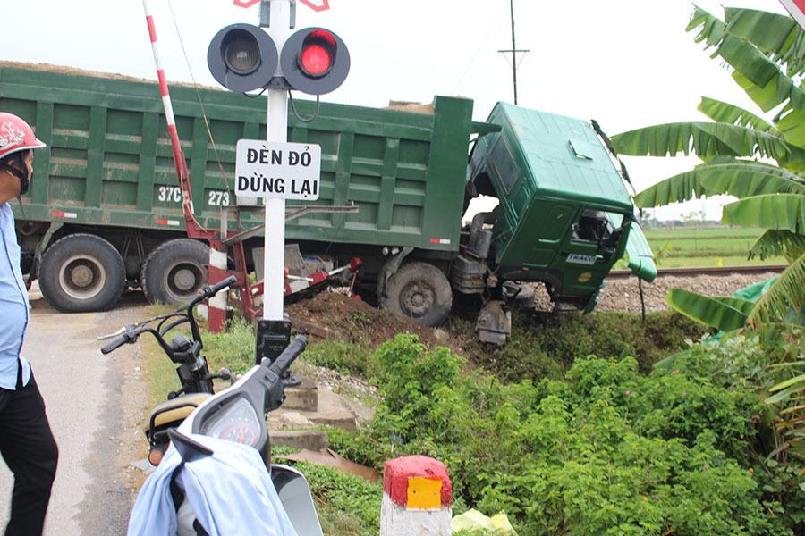 Xe tải chết máy trên đường ngang, bị tàu hỏa đâm văng nát đầu