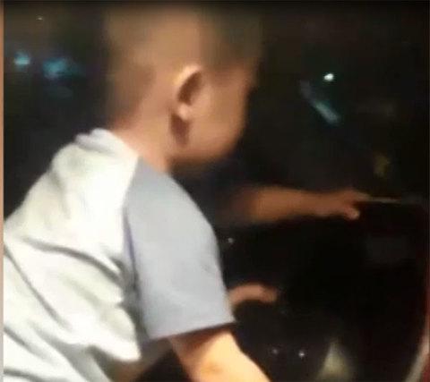 Bố mẹ cho con trai 'tập lái xe' ô tô rồi Livestream khoe lên mạng
