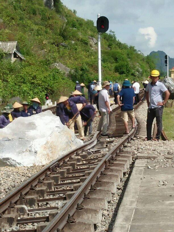 3 tảng đá trăm tấn đổ ập,đường sắt tê liệt 1 giờ