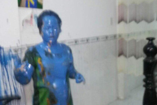 Nữ giám đốc bị kẻ bịt mặt tấn công bằng 'bom sơn'