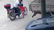 Lạnh người xem bé gái bị kẻ bắt cóc dụ dỗ bằng quà vặt