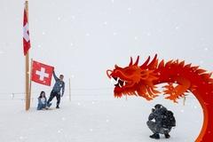 Tại Châu Âu: Trung Quốc chi tiền bằng tay trái, lấy lại bằng tay phải