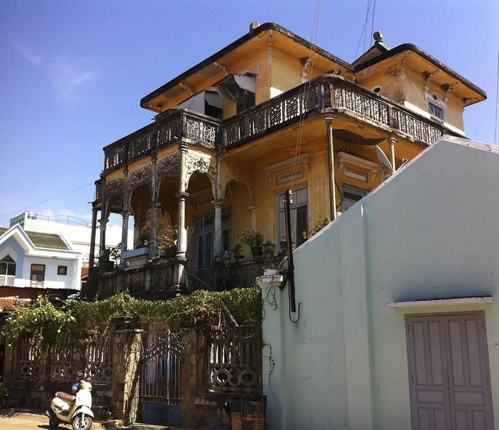 Đại gia mù lấy 3 vợ, xây villa to nhất phố biển Phan Thiết