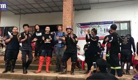 người Thái mở tiệc xuyên đêm mừng đội bóng thiếu niên được giải cứu