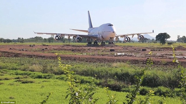 Cả làng 'nháo nhào' sau một đêm tỉnh giấc thấy máy bay Boeing đậu ngay gần nhà