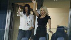 Siêu mẫu ngực khủng dẫn đầu dàn WAGs Pháp ăn mừng