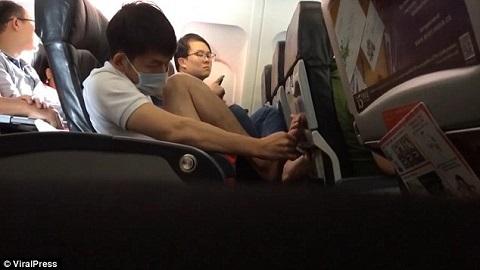 nhặt da chân trên máy bay