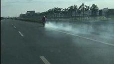 'Ninja Lead' hiên ngang phóng trên cao tốc với ống pô xả khói nghi ngút