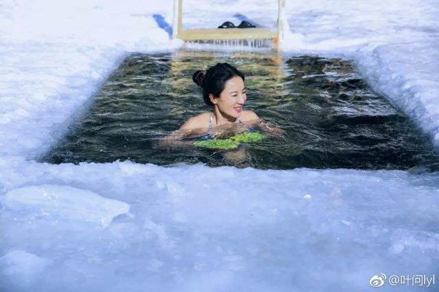 50 tuổi vẫn trẻ như gái 20, bà mẹ một con chia sẻ cách chống lão hóa bơi trong nước lạnh