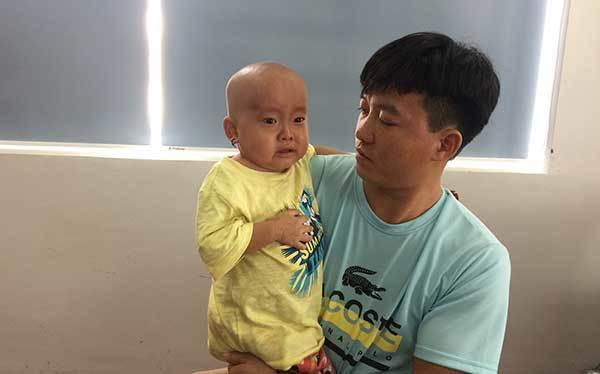 Bé gái Mông ôm đầu khóc cầu cứu