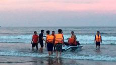 Thanh Hóa: Sóng đánh lật phao cuốn trôi 4 người khi tắm biển