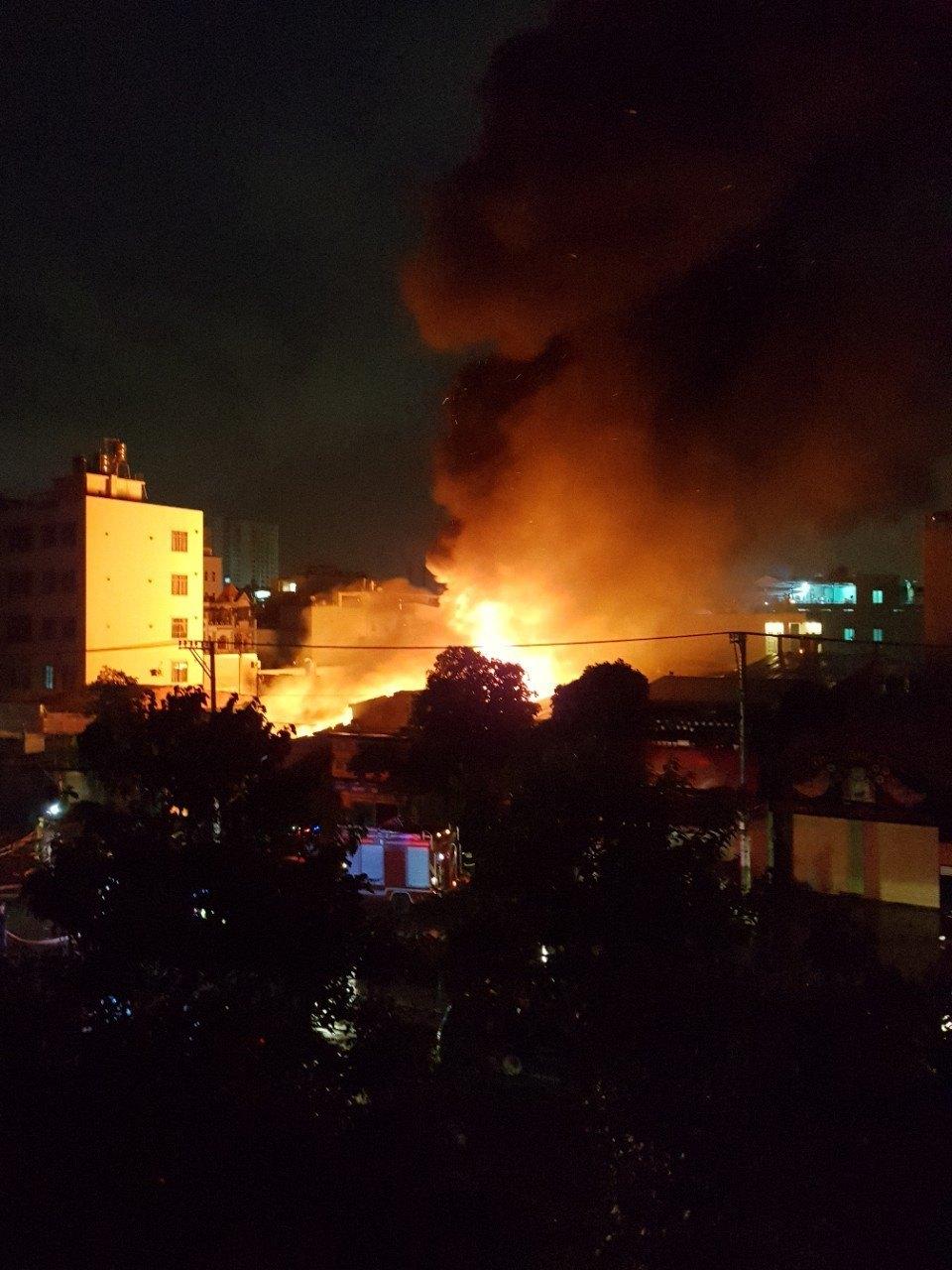 Kho vải ở Sài Gòn chìm trong 'biển lửa' lúc rạng sáng