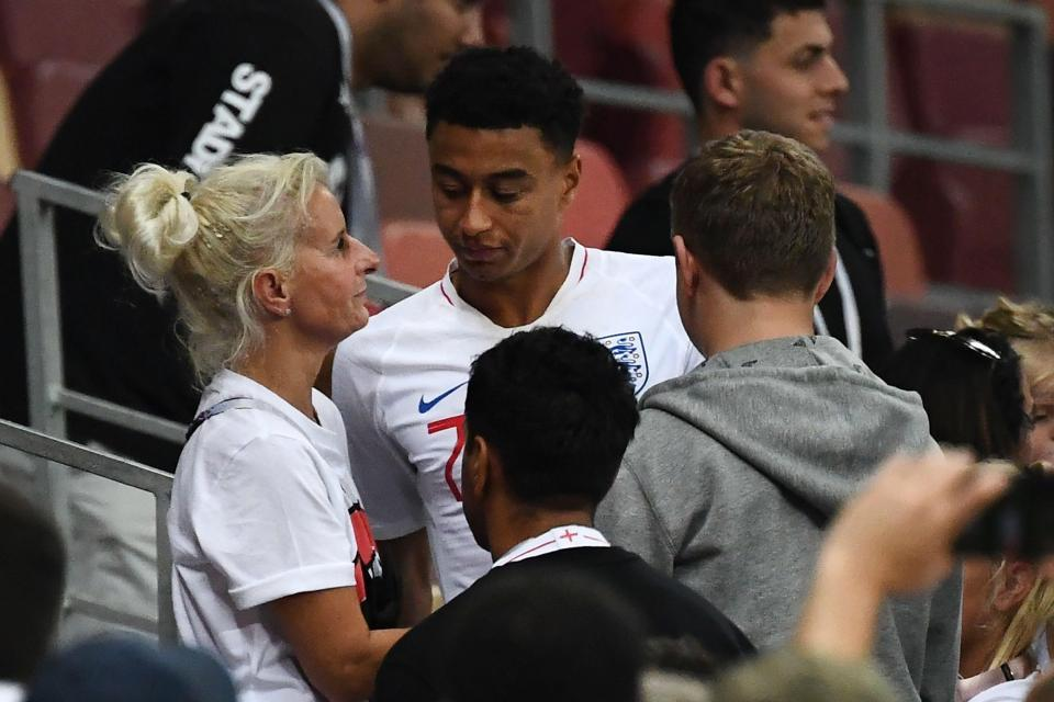 Hình ảnh khiến cầu thủ Anh ấm lòng từ khán đài