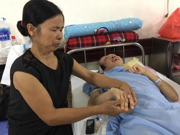 Con trai cần phẫu thuật não gấp, mẹ nghèo bất lực cầu cứu