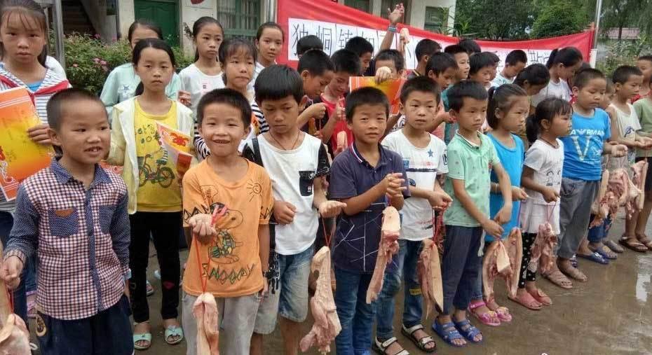 Học sinh đạt loại giỏi được thưởng miếng thịt lợn
