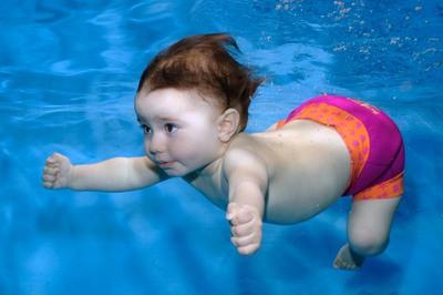 Có thể dạy bơi cho con ngay từ khi lọt lòng