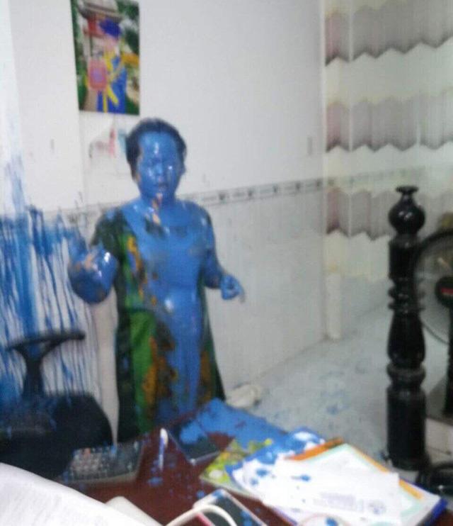 Nữ doanh nhân bị 'khủng bố'... đổ sơn kín người