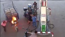 Xe cháy trong cây xăng, 4 người đàn ông bỏ chạy để phụ nữ dập lửa