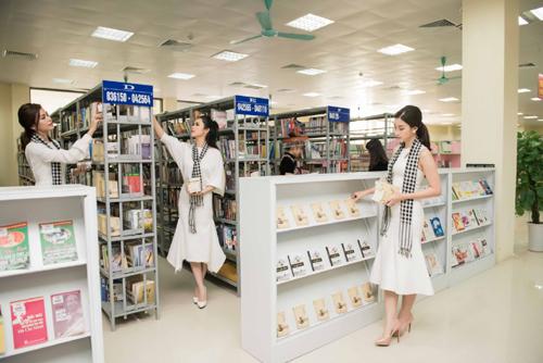 HH Mỹ Linh xếp sách tặng thư viện Lào Cai