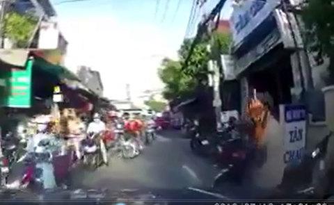 Giơ 'ngón tay thối' với ô tô, thanh niên đi xe máy nhận cái kết 'đắng'