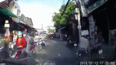 """Thanh niên bị húc văng ra đường vì """"giơ ngón tay thối"""" với ô tô"""