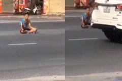 Người đàn ông ngồi thiền giữa đường phố tấp nập