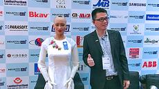 Robot Sophia thả dáng với áo dài trong lần đầu đến Việt Nam