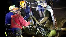 Thế giới 7 ngày: Nghẹt thở giải cứu đội bóng kẹt trong hang sâu