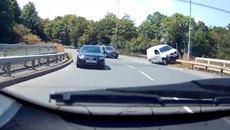 Hoảng hồn xe tải trượt dài trên thành cầu vượt