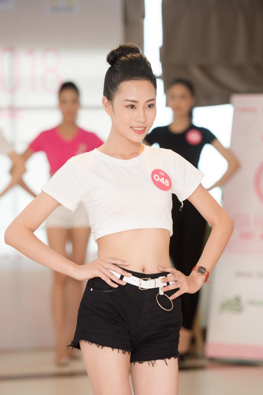 Thí sinh Hoa hậu Việt Nam mặc crop-top khoe eo thon