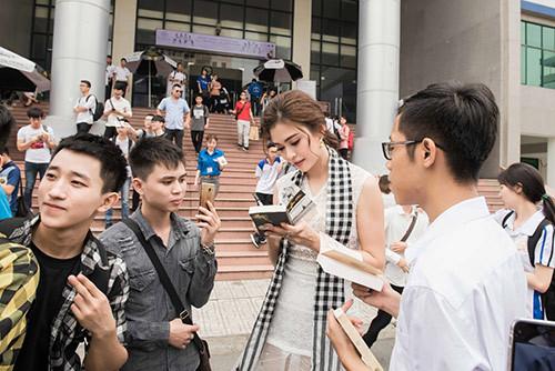 Tú Anh, Lệ Hằng, Mâu Thủy tặng sách sinh viên Hà Nội