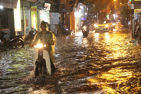 Hà Nội mưa từ sáng, đến tối vẫn ngập lút bánh xe