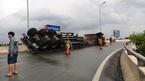 Xe container lật, 2 cuộn thép lăn 'tự do' trên cao tốc Long Thành