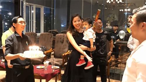 Á hậu Kiều Khanh bế con chúc mừng sinh nhật chồng