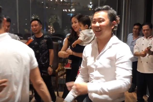 Á hậu Kiều Khanh bế con mừng sinh nhật chồng doanh nhân