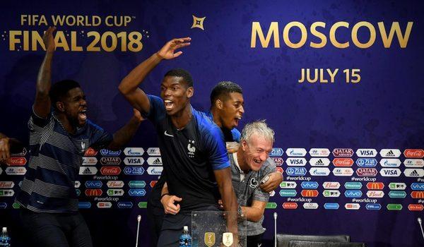 Pogba dẫn dàn cầu thủ Pháp quậy tưng phòng họp báo