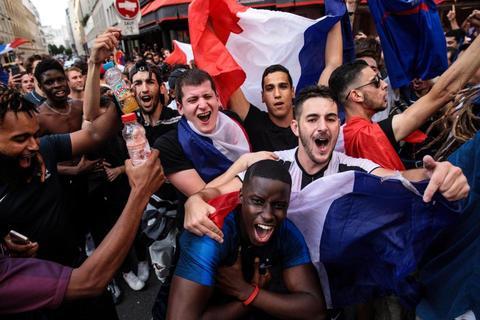 CĐV Pháp mở hội ăn mừng