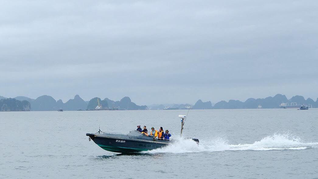 Sóng lớn nhấn chìm thuyền, 3 người mất tích